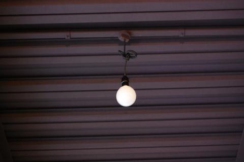 シンプルな電灯ソケットと電球型の蛍光灯
