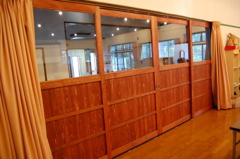 木製の大きな扉。白木の特注品を柿渋入り塗料で仕上げました