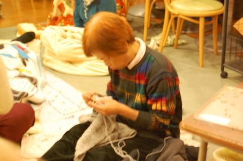 秋の夜長には、編み物をする姿もちらほら見られます。「皆が暖かく冬を越せますように。」