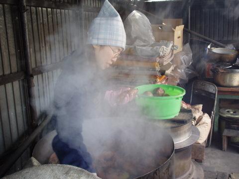 蒸したてのお芋をどんどん出していくみかちゃん。