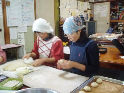 普段は収穫・配送チームのあきちゃん。今日は朝から一日パン作りです。「皆においしいパンを食べてもらいたい、という想いだけです。皆が喜んでくれれば、それでいい。」