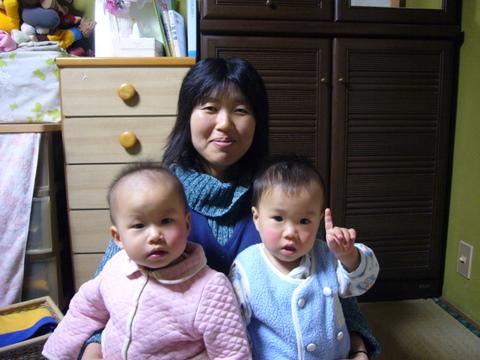 ひみ(左)とゆうとう(右)にも、もうひとり妹か弟ができるね。「もうちょっとで来るって!」BYゆうとう