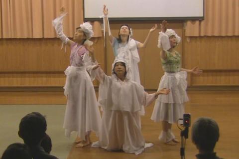 豊穣の舞。みっちゃん(左)、ゆみちゃん(前)、ようこちゃん(後)、のんちゃん