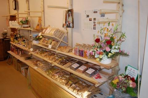 ファミリーの商品の陳列棚です。手作りで味わいがあります。