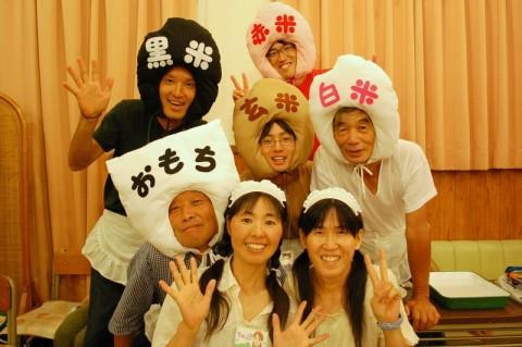 まりちゃん(前列右)製作の衣装をまとう田んぼ隊のみんな