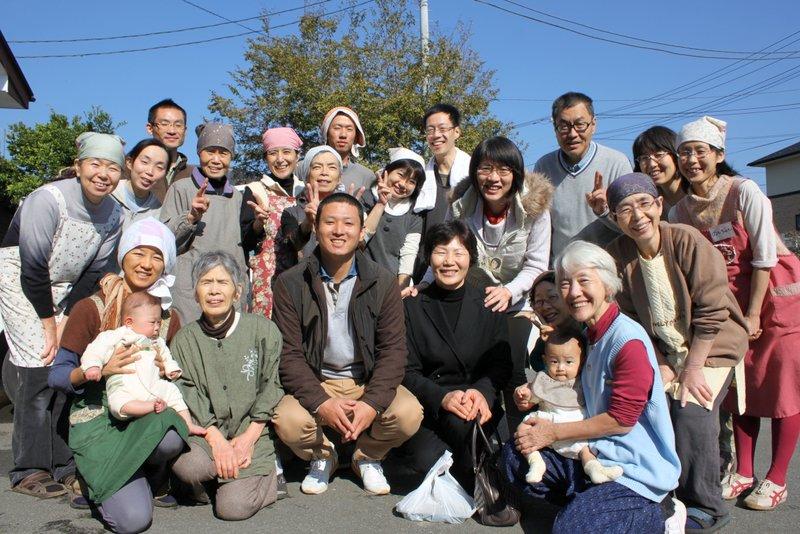 旅立ちの朝、ヒジュンと、韓国から来たお母さんを囲んで記念撮影