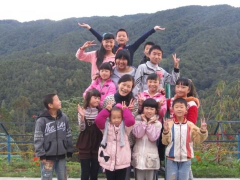 生命禅院にて子どもたちの歓迎を受けるみちよちゃん