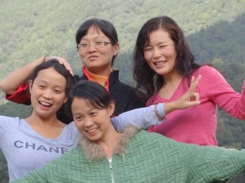 生命禅院を訪れたみちよちゃん(右)とアイリェン(手前)、ツォンロン、トンシンの三姉妹