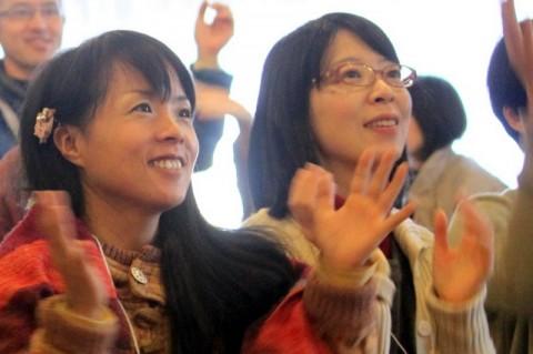 木の花楽団の歌を聴くすみえちゃん(左)