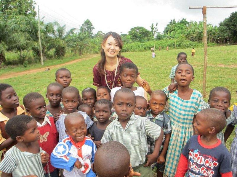 ガーナにて 子供達に勉強を教えるボランティアをするあきのちゃん