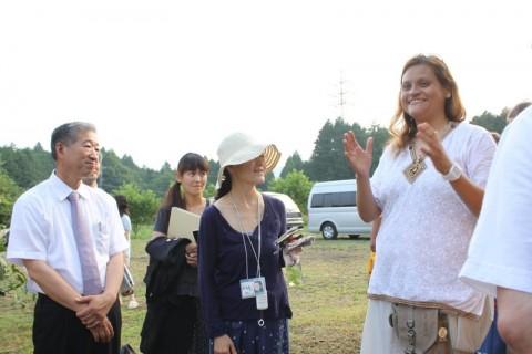 通訳を務めるシャンティ。左は阿祖山太神宮の渡邉宮司。
