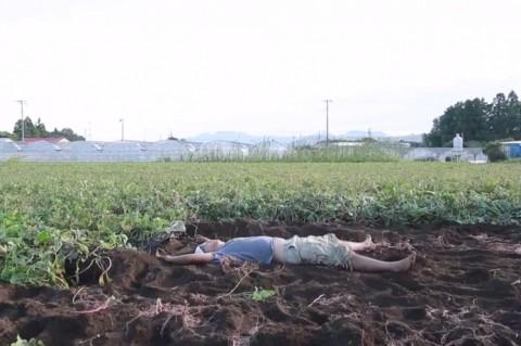 畑に寝転ぶあーちゃん