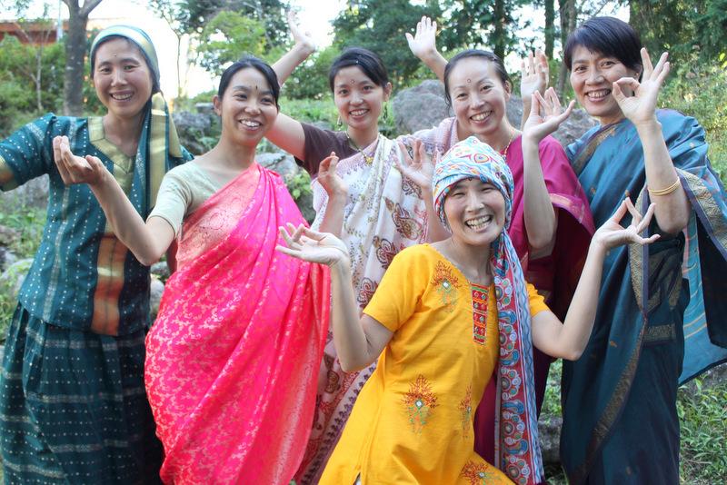 先月の「恵みいただきます」でサリーを纏い、皆と記念撮影するまり姉(右端)
