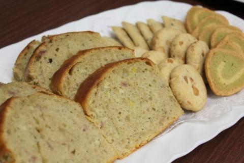 いちごとルバーブのパウンドケーキとクッキーのおやつ