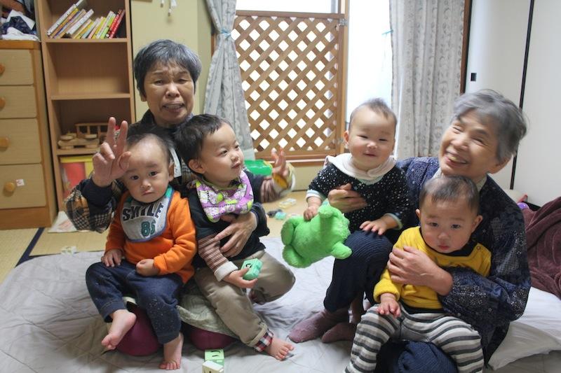 ヤーちゃんとあさちゃん。子どもたちと一緒に。